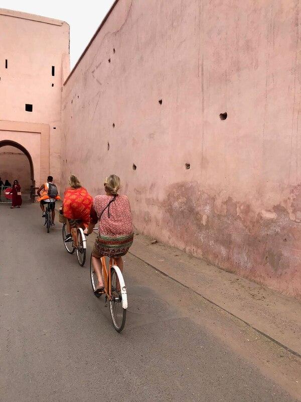 fietsen langs muur