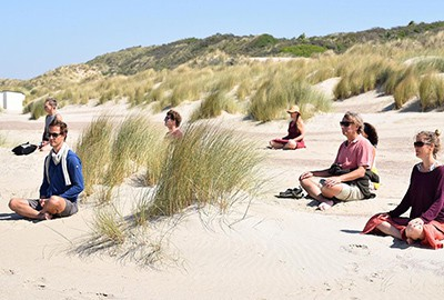 yoga op strand
